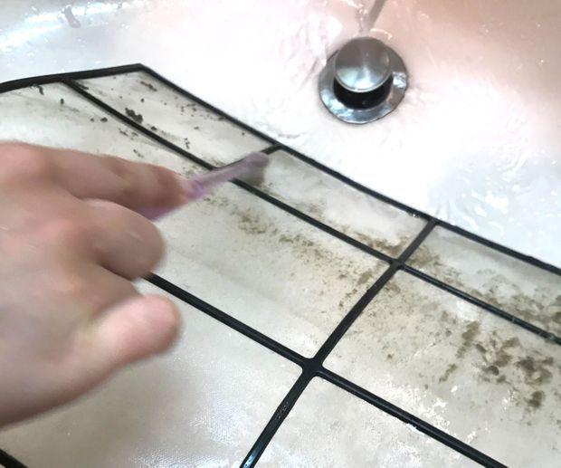 """""""エアコンフィルターを歯ブラシでこする"""""""
